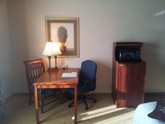 Hampton Inn & Suites Pittsburg: Desk, microwave and fridge