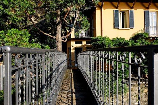 Relais Villa Nina: Private Brücke von der Villa zum See