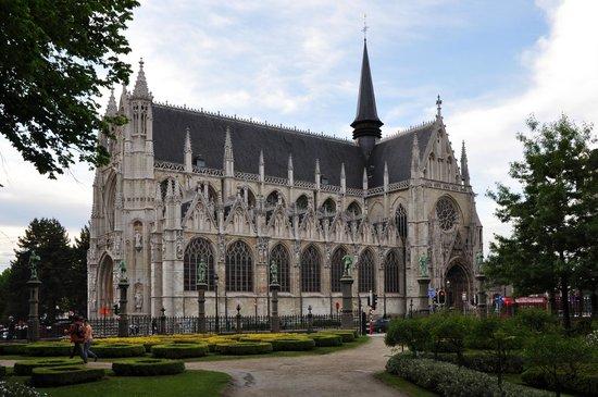 Notre Dame du Sablon : Готика: вид из парка.