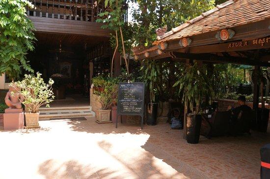HanumanAlaya Villa : The entrance, to the right the bar & restaurant.
