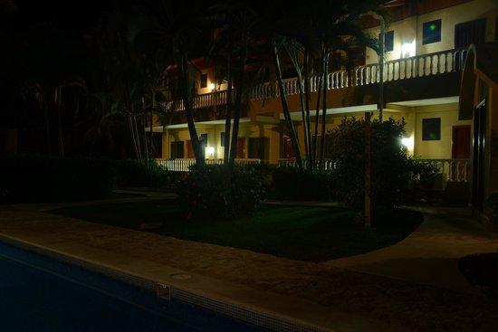Delfin Beachfront Resort: La parte de atrás del Hotel