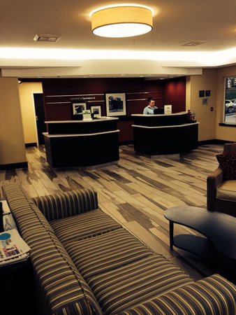 Hampton Inn and Suites Seattle North Lynnwood: Front desk area of lobby