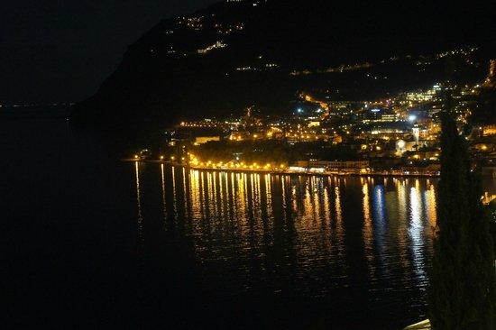 Centro Vacanze La Limonaia: Aussicht aus Zimmer, Limone bei Nacht
