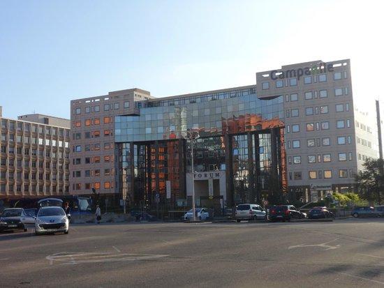 Campanile Lyon Centre - Gare Part Dieu: l'hôtel depuis la gare