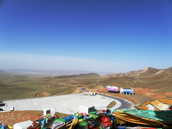 Sun Moon Mountain: The parking lot entrance (coming from Qinghai Lake)