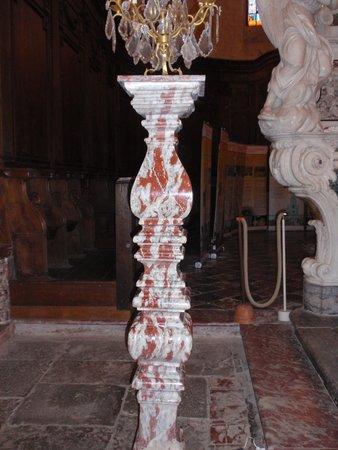Abbaye de Caunes Minervois : colonne en marbre rouge
