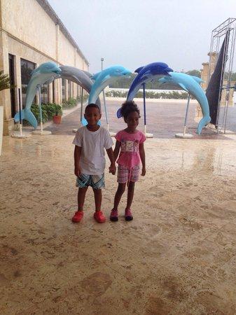 Los Delfines Water & Entertainment Park: Los pequeños en la entrada del parque