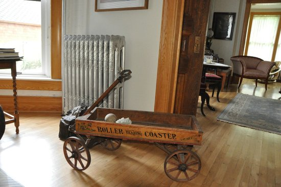 Gable House Bed and Breakfast: Antiques abound