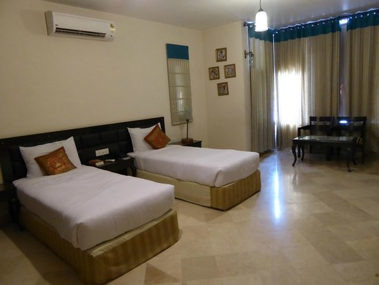 Bansi Home Stay : Spotless and spacious bedroom