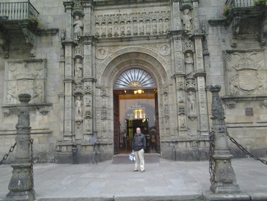 Parador Hostal Dos Reis Catolicos: Entrada señorial al parador