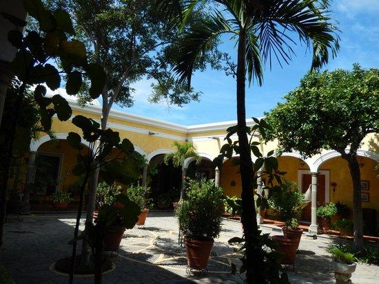 La Casa De Los Patios Hotel and Spa: Patío rededor de las habitaciones