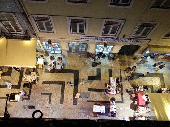 Lisbon Happy Hostel: rue très animée tous les soirs de la semaine