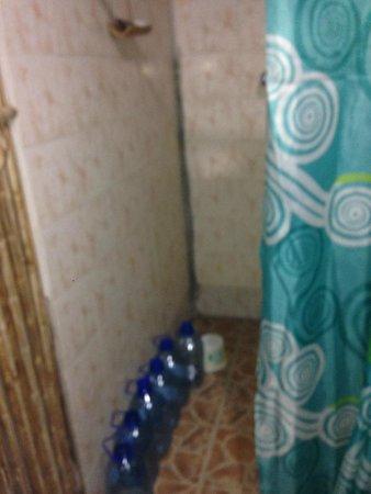 Sapibenega The Kuna Lodge: baño, tuvimos que comprar agua