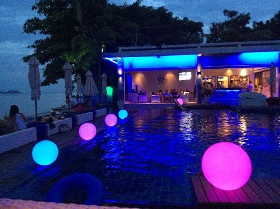 Two Chefs Beach Bar & Restaurant: love the lights