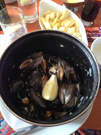 Mussel and Steak Bar: Cauldron of mussels