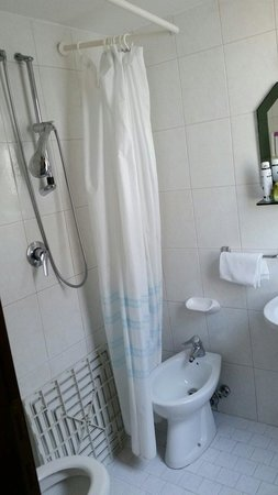 Hotel Lungomare: La doccia.... Sistema molto inefficiente!!