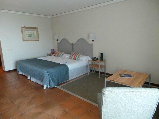 Parador de Malaga Gibralfaro : tête de lit inconfortable et bruyante