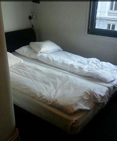 Hotel Astoria: Bedroom :(