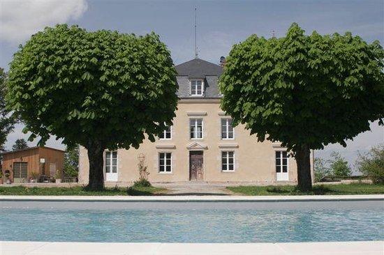 Châteauneuf-la-Forêt, France : Vanaf het zwembad