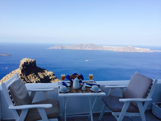 Iliovasilema Suites: Breakfast at our balcony