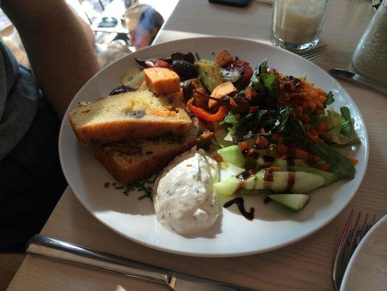 Von der Motte : Salad, bread and frische kaise