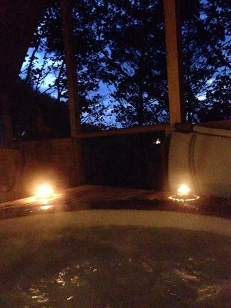 Grove House and Courtyard Cottages : Jacuzzi at night