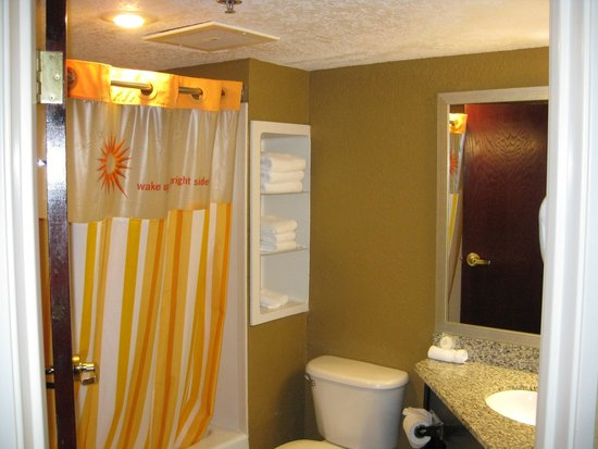 La Quinta Inn & Suites Hot Springs : bathroom