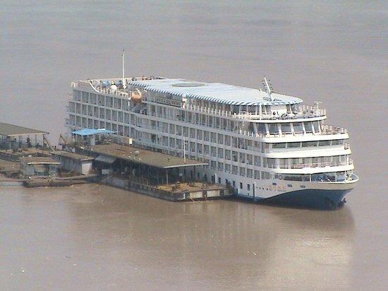 Yangtze River: Viking Emerald moored below Shibaozhai Pagoda
