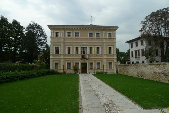 Villa Maternini: General view of the Hotel- seems  bigger  than  really is