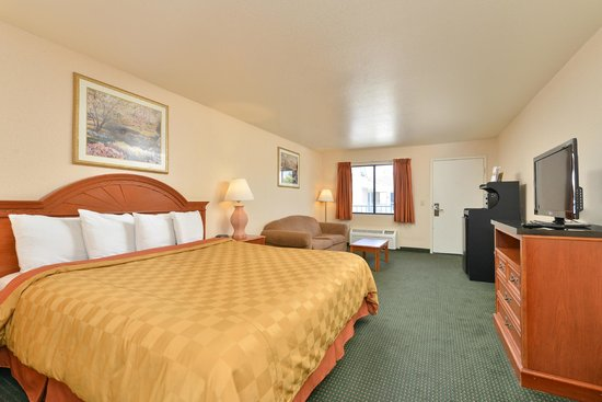 Americas Best Value Inn & Suites: King Room with Carpet