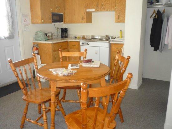 Burton's Sunset Oasis Motel: kitchenette