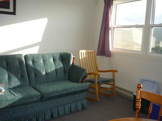 Burton's Sunset Oasis Motel: small sitting area