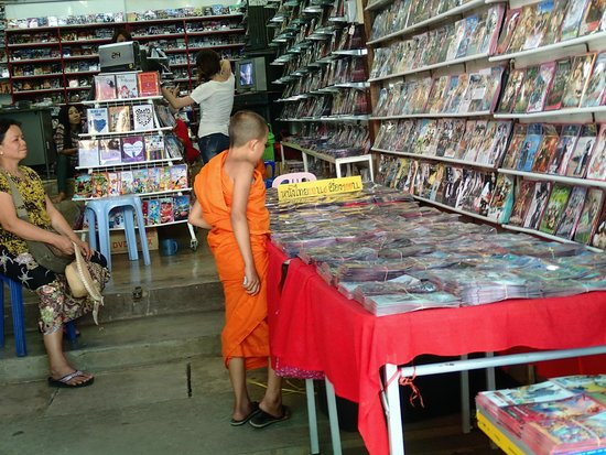 Tachileik Market : A young monk shopping for movies