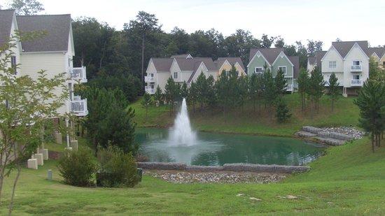 King's Creek Plantation Resort: decks overlooking the pond