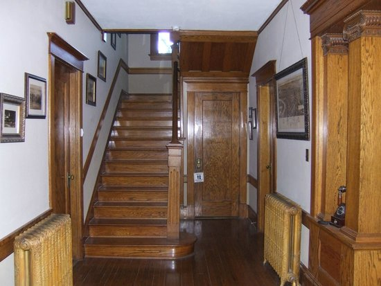 Horton House Bed & Breakfast : The main hallway