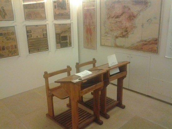 Casa Museo Sierra Pambley : Pupitres y mapas de una vieja escuela.