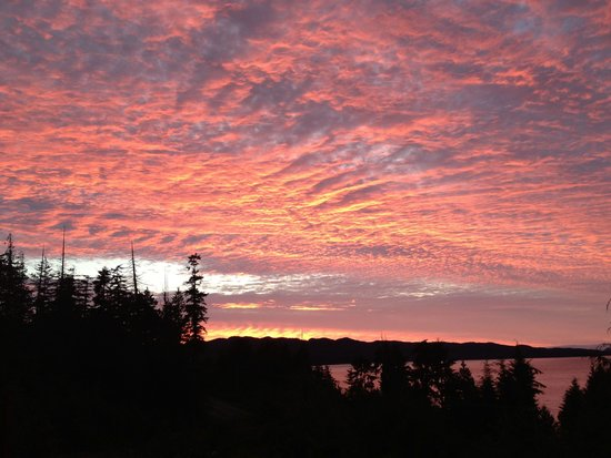 Bear Cove Cottages: Amazing sunset from the deck of your luxury cottage