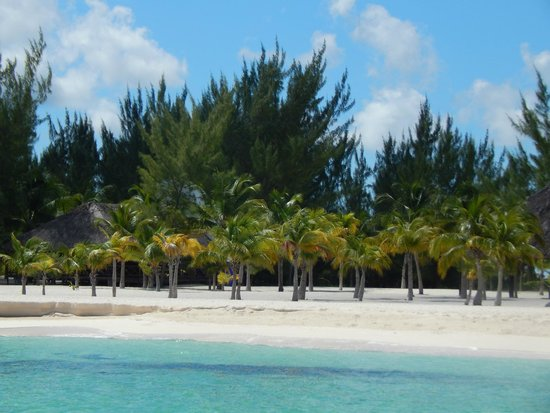 Isla Pasion: View of the beach coming in from the Catamaran