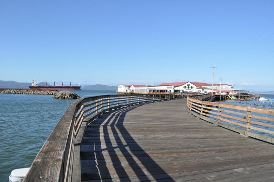Rogue Ales Public House: pier