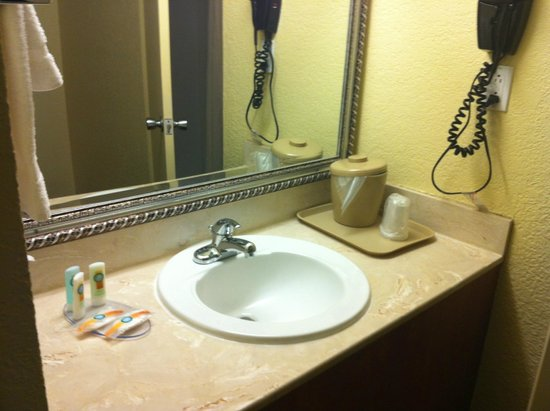 Quality Inn Downtown Convention Center: Small Bathroom - no tub, just a shower