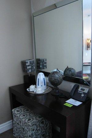 Grand Daddy Hotel: desk and mirror