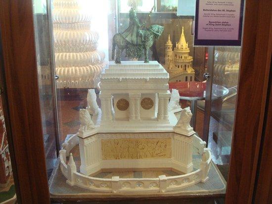 Szabo Marcipan Museum: Памятник Святому Матьяшу.