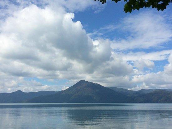 Lake Shikotsu: 恵庭岳などの活火山に囲まれています。