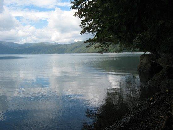 Lake Shikotsu: 周りを山に囲まれた湖は神秘的です。