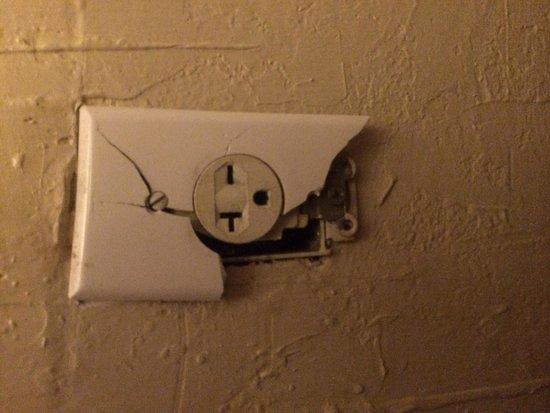 Economy Inn: Power outlet
