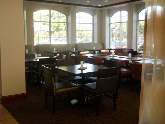Hilton Garden Inn Ontario / Rancho Cucamonga: レストラン、テーブルいす新しくなり配置も変わっていました