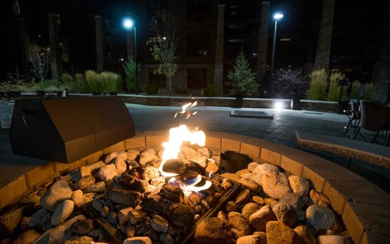 Copper Point Resort: outdoor gas fire