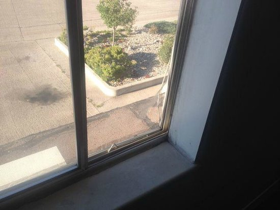 Super 8 by Wyndham Limon: Broken screen, stained windowsill in room.