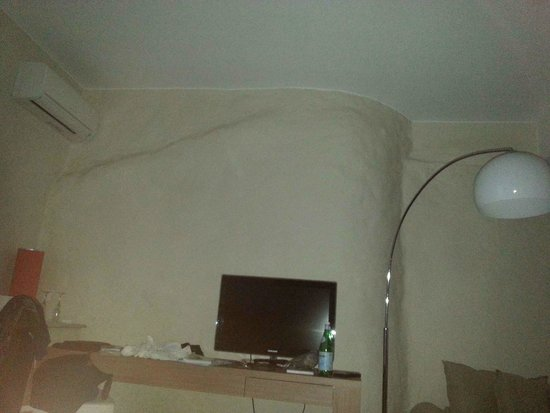 Chateau de Siran: Beautiful old hand finished lime plaster work wall in our room