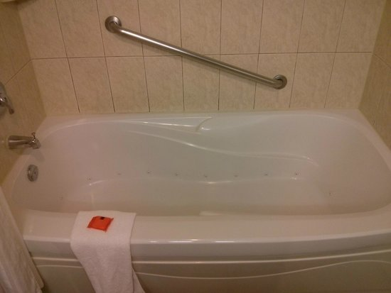 Radisson Hotel & Suites Fallsview: the Jacuzzi tub